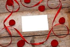 La valentine de lettre d'amour s'est levée et dans l'enveloppe sur le fond en bois Photographie stock libre de droits