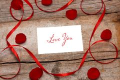 La valentine de lettre d'amour s'est levée et dans l'enveloppe sur le fond en bois Photo stock