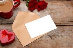 La valentine de lettre d'amour s'est levée et dans l'enveloppe sur le fond en bois Photographie stock