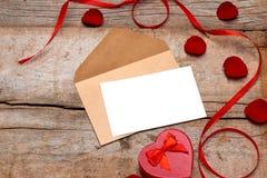La valentine de lettre d'amour s'est levée et dans l'enveloppe sur le fond en bois Image stock