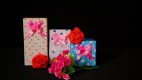 La valentine de salutation de longueur des boîte-cadeau avec la fleur s'est levée clips vidéos