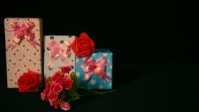 La valentine de salutation de longueur des boîte-cadeau avec la fleur s'est levée banque de vidéos