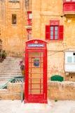 La Valeta, Malta - cabina de teléfonos británica del vintage rojo imagenes de archivo