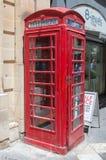La Valeta, Malta - 9 de mayo de 2017: La cabina de teléfonos roja le gusta la cabina de teléfonos británica en la ciudad de La Va fotos de archivo libres de regalías