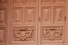 La Valeta, Malta, julio de 2014 La antigüedad talló la puerta antigua en la entrada a la catedral católica fotografía de archivo
