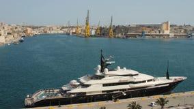La Valeta, Malta - julio de 2016: La alfa Nero es uno de los yates privados más grandes del motor, midiendo 82 metros de largo