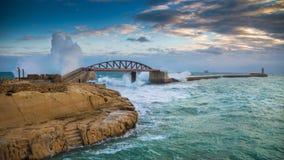 La Valeta, Malta - ondas enormes asombrosas sobre el puente del rompeolas Foto de archivo