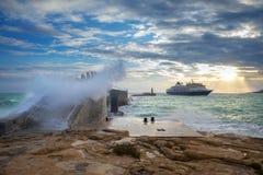 La Valeta, Malta - ondas enormes asombrosas sobre el puente del rompeolas Fotografía de archivo libre de regalías