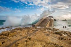 La Valeta, Malta - ondas fuertes sobre el puente del rompeolas en la salida del sol Imagen de archivo libre de regalías