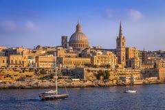 La Valeta, Malta - veleros y la catedral famosa del ` s de StPaul Imagen de archivo libre de regalías
