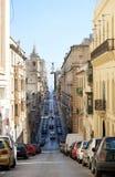 LA VALETTE, MALTE - 14 JANVIER 2014 : vue panoramique de rue étroite à La Valette en mer Méditerranée le 14 janvier 2014 Vue pano Photographie stock libre de droits