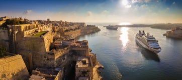 La Valette, Malte - vue aérienne panoramique d'horizon de La Valette quand bateaux de croisière naviguant dans le port grand image libre de droits