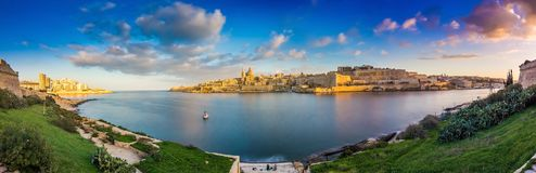 La Valette, Malte - vue panoramique d'horizon de la ville antique de La Valette et de Sliema au lever de soleil photographie stock libre de droits