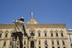 La La Valette, place de Castille, Auberge de Malte de statue de Castille et de George B Oliver image stock