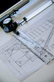 La valeur du travail fait main du dessin technique du passé A d'un projet fait entièrement à la main sur un vieux bureau de table photos libres de droits