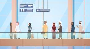 La valise arabe de sac de Hall Departure Terminal Travel Baggage d'aéroport de personnes de voyageur, passager musulman signent l Images stock