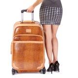 La valise de voyage et les jambes sexy de la femme islated sur le backgroun blanc Image stock