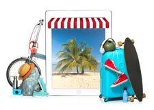 La valise, les espadrilles, l'habillement, le chapeau, et le laotop bleus sur le fond blanc Le voyage, concept de vacances de tou Photos libres de droits