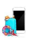 La valise, les espadrilles, l'habillement, le chapeau, et le téléphone bleus sur le fond blanc Image libre de droits