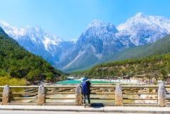 La vallée de lune bleue à Lijiang yunan, Chine, randonneur est en Photo libre de droits