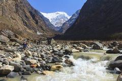 La vallée de montagne de rivière et de l'Himalaya du trekking de basecamp d'Annapurna traînent, le Népal Image libre de droits