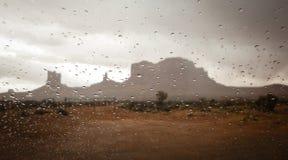 La vallée de monument vue dans toute la fenêtre avec la pluie se laisse tomber, parc de tribal de vallée de monument Image libre de droits