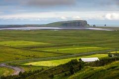 La vallée parmi les montagnes sur la côte atlantique, Islande Images libres de droits