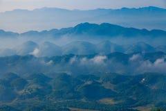 La vall?e de montagne de brouillard et de nuage am?nagent en parc, porcelaine images stock