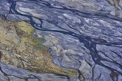 La valle è un fiume dell'alta montagna, fotografato da una grande altezza: correnti blu al fondo di un canyon profondo con le cor Fotografia Stock