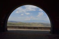 La valle attraverso l'arco Fotografia Stock Libera da Diritti
