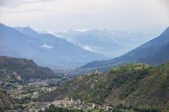 La valle con la città di sierre in svizzero Wallis con alta neve ha ricoperto le montagne fotografie stock libere da diritti