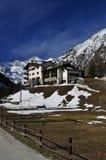 La valle d'Aosta, Italia. Architettura alpina dell'hotel Fotografia Stock Libera da Diritti