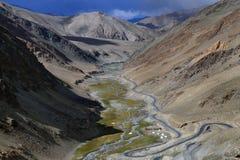 La valle del fiume è fra le alte montagne: i pendii ripidi, fiume blu scorre giù la gola, lungo il pendio il fiume t Fotografia Stock Libera da Diritti