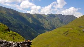 La valle del fiume di Pirikiti Alazani nella montagna di Caucaso, Georgia fotografia stock libera da diritti
