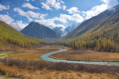 La valle del fiume in montagne Fotografie Stock Libere da Diritti