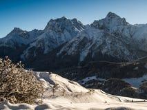La valle della locanda con panorama della montagna Fotografie Stock Libere da Diritti