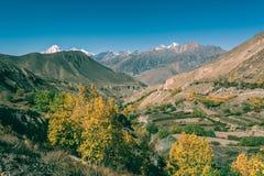 La valle della montagna con i campi a terrazze si avvicina alla città di Jhong Fotografia Stock Libera da Diritti