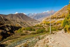 La valle della montagna con i campi a terrazze si avvicina alla città di Jhong Immagine Stock Libera da Diritti