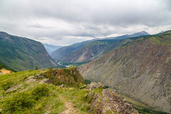 La valle della montagna di Chulyshman da un'altezza del fiume della pioggia dell'estate cade Fotografia Stock