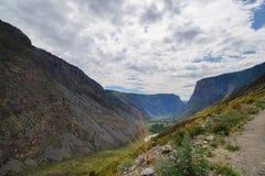La valle della montagna di Chulyshman da un'altezza del fiume della pioggia dell'estate cade Fotografia Stock Libera da Diritti
