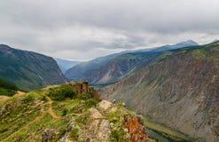 La valle della montagna di Chulyshman da un'altezza del fiume della pioggia dell'estate cade Fotografie Stock Libere da Diritti
