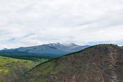 La valle della montagna di Chulyshman da un'altezza del fiume della pioggia dell'estate cade Immagine Stock Libera da Diritti