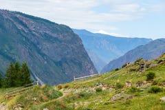 La valle della montagna di Chulyshman da un'altezza del fiume della pioggia dell'estate cade Immagini Stock Libere da Diritti