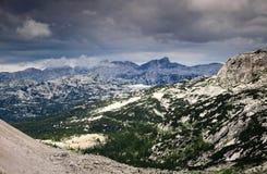 La valle e Krn dei laghi Triglav alzano con le nuvole di pioggia, Julian Alps Fotografia Stock