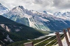 La valle e Rocky Mountains di Sunwapta nel Canada Fotografie Stock