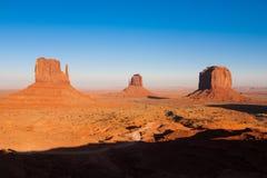 La valle famosa del monumento, Utah U.S.A. durante il tramonto fotografia stock