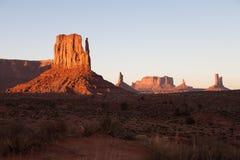 La valle famosa del monumento, Utah U.S.A. durante il tramonto fotografie stock libere da diritti