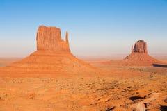 La valle famosa del monumento, Utah U.S.A. durante il tramonto immagini stock libere da diritti