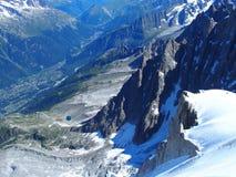 La valle nella gamma di montagne alpina abbellisce nelle ALPI francesi di bellezza vedute da Aiguille du Midi a CHAMONIX MONT BLA Immagini Stock Libere da Diritti
