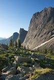 La valle pietrosa contro lo sfondo di tre montagne Immagini Stock Libere da Diritti